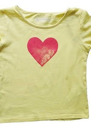 T-shirt jaune cœur rose