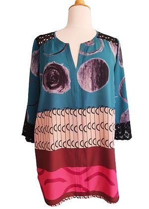 Magnifique blouse imprimée avec de la dentelle aux épaules et manches