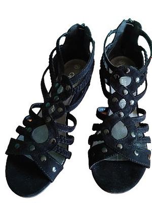 Sandales compensées en nubuck avec clous noirs cuir intérieur