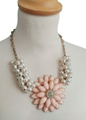 Collier perles et grosse fleur rose