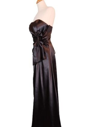 Longue robe noire satinée lacée dans le dos